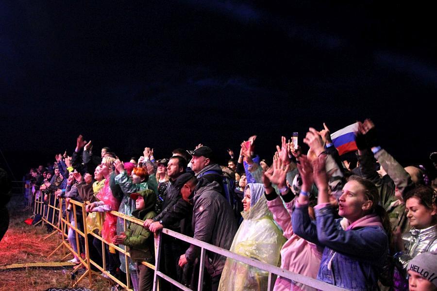 Зрители на выступлении «Ногу свело!» на байк-рок фестивале «Взлётная полоса» 2019, день 1, аэродром Кучаны