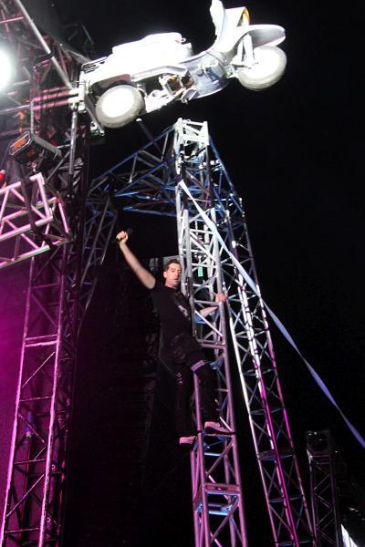 Макс Покровский залез на опору сцены, выступление «Ногу свело!» на байк-рок фестивале «Взлётная полоса» 2019