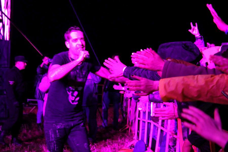 Макс Покровский и зрители, выступление «Ногу свело!» на байк-рок фестивале «Взлётная полоса» 2019