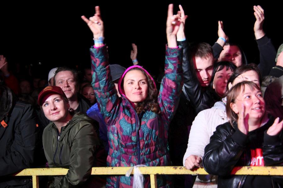 зрители на выступлении «Ногу свело!» на байк-рок фестивале «Взлётная полоса» 2019