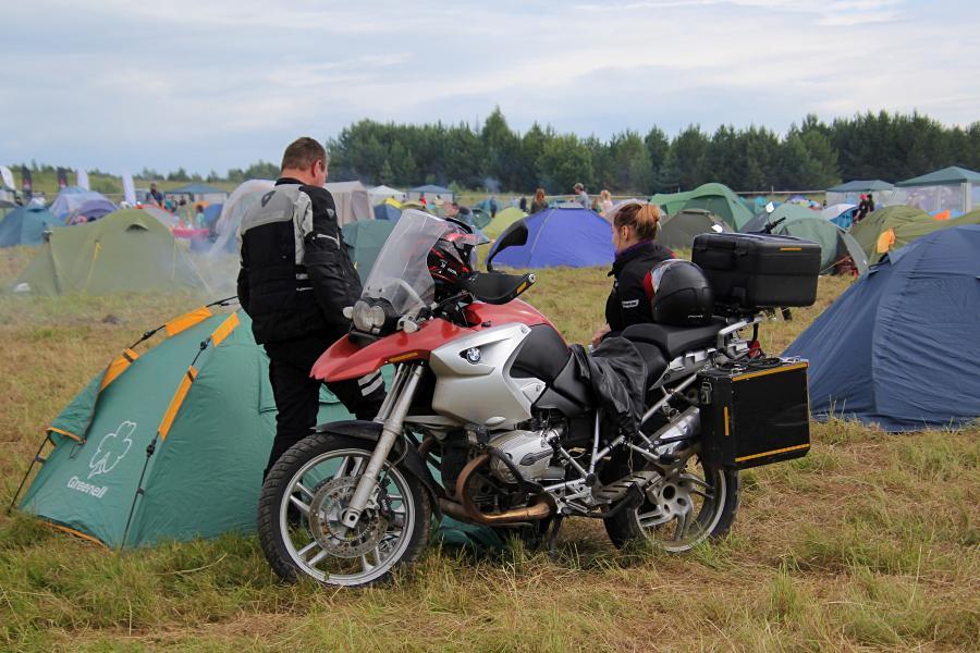 Мототехника и палатки на поляне байк-рок фестиваля «Взлётная полоса» 2019, аэродром Кучаны