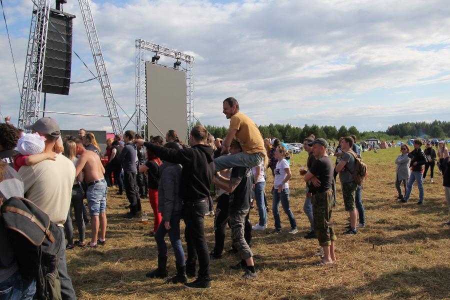 зрители на байк-рок фестивале «Взлётная полоса» 2019, день 2, аэродром Кучаны