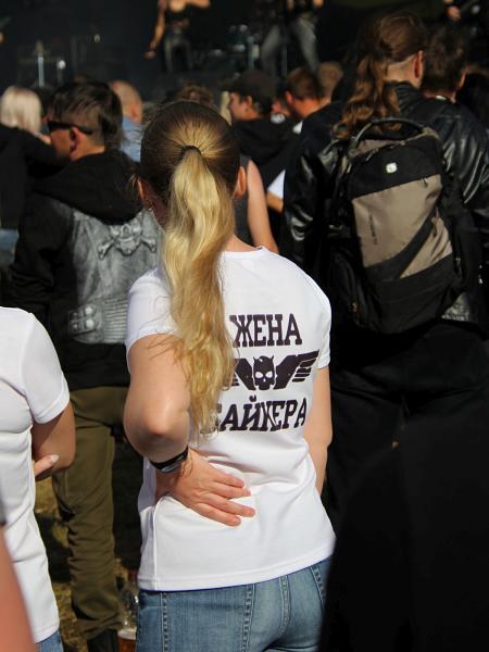 надпись на футболке Жена байкера - байк-рок фестиваль «Взлётная полоса» 2019, день 2, аэродром Кучаны