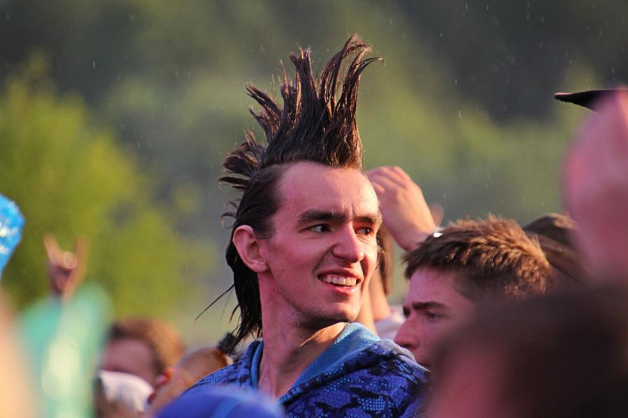 Панк в толпе зрителей на байк-рок фестивале «Взлётная полоса» 2019, день 2, аэродром Кучаны