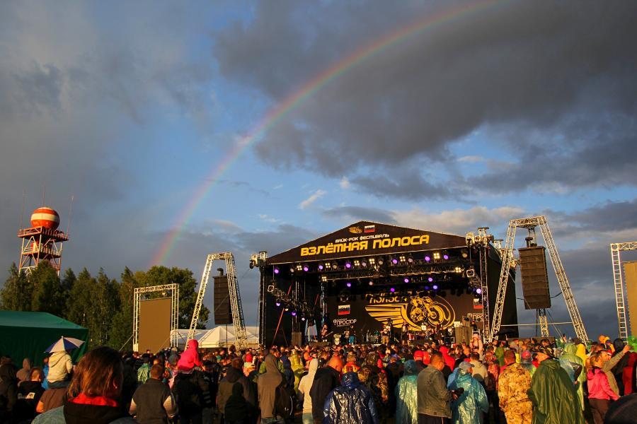Радуга над сценой во время выступления «План Ломоносова» на байк-рок фестивале «Взлётная полоса» 2019