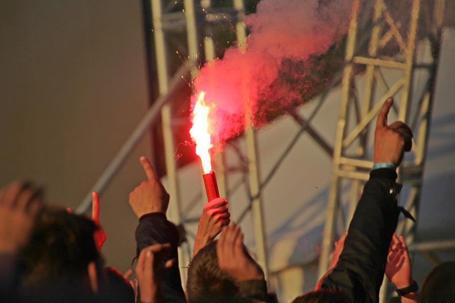 Горят фаеры во время выступления «План Ломоносова» на байк-рок фестивале «Взлётная полоса» 2019
