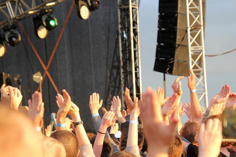руки зрителей на выступлении «План Ломоносова» на байк-рок фестивале «Взлётная полоса» 2019