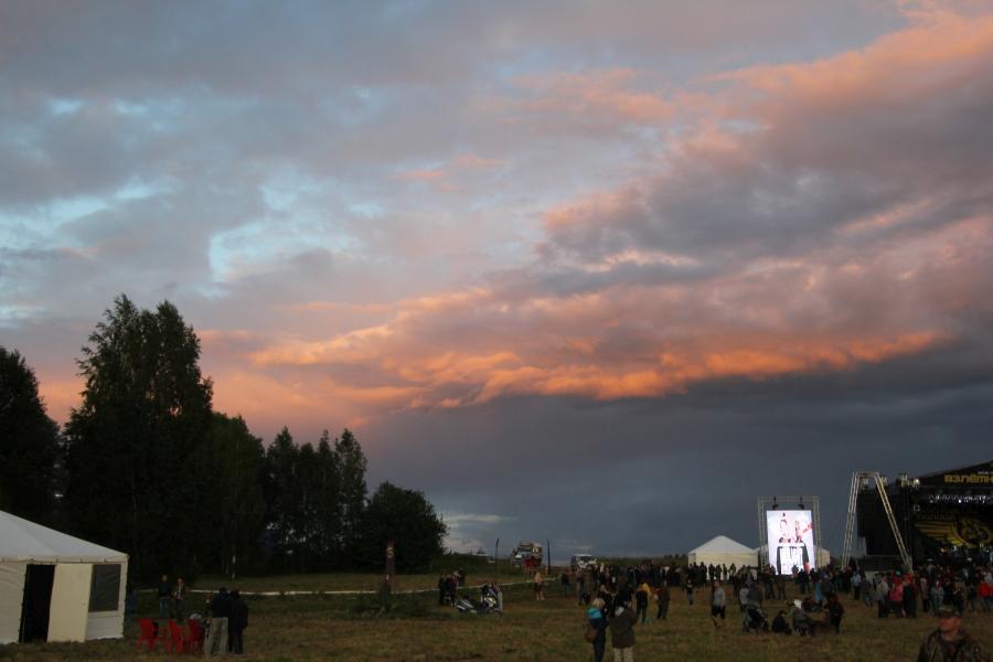 тревожное небо с багровыми тучами, байк-рок фестиваль «Взлётная полоса» 2019, день 2, аэродром Кучаны