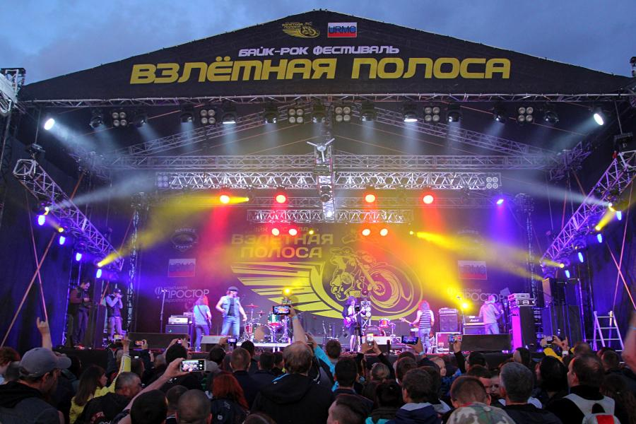 «Easy dizzy» (Изи дизи, AC/DC трибьют) на байк-рок фестивале «Взлётная полоса» 2019, день 2, аэродром Кучаны
