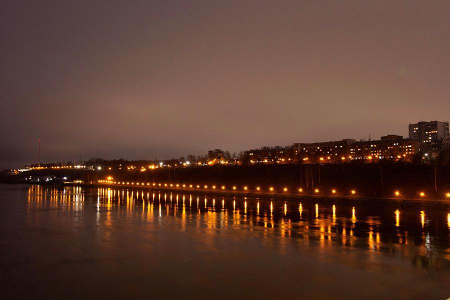 Розовеющее вечернее осеннее небо, огни фонарей на набережной Вятки и свет в окнах домов Кирова