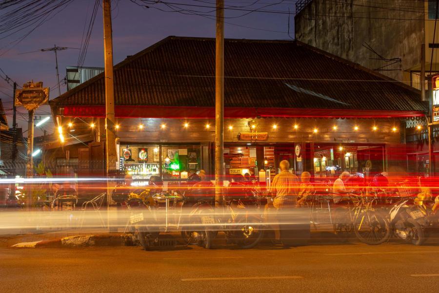 Ночная закусочная у дороги (Чианг Май, Таиланд, октябрь 2018) - фотовыставка «С камерой по миру»