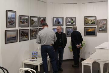 Посетители на фотовыставке «С камерой по миру» фотоклуба «Диана»
