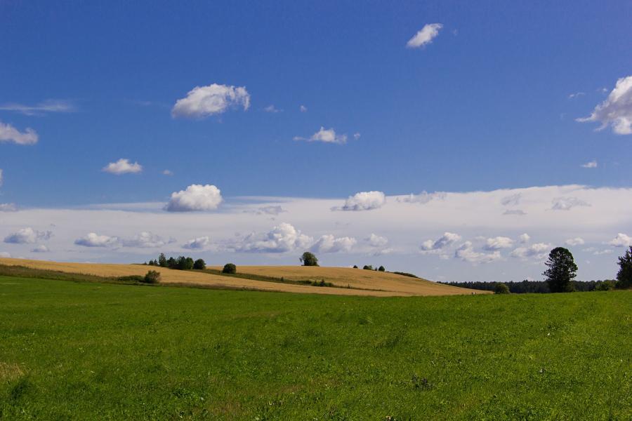 Холмы, поля, луга, облака и небо недалеко от Адышево