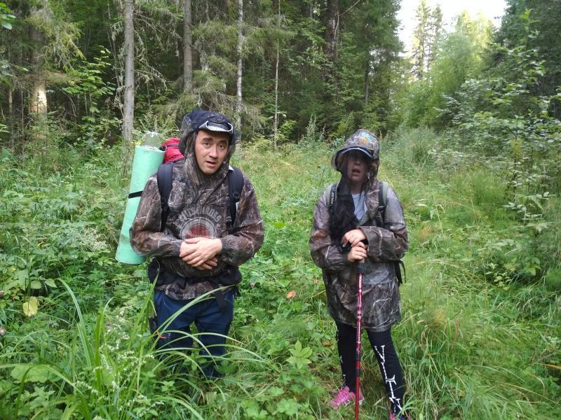 Антон и Дина в накомарниках на заросшей дороге