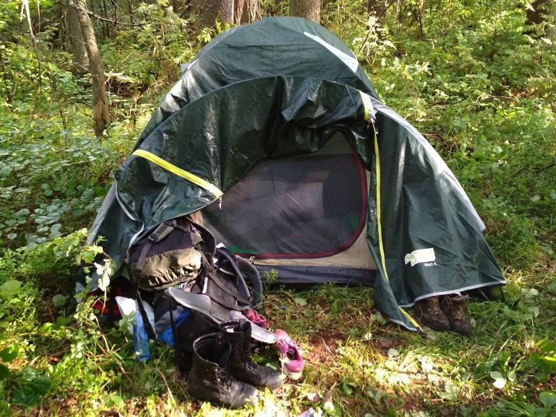 Палатка в лесу на берегу реки Ивкины
