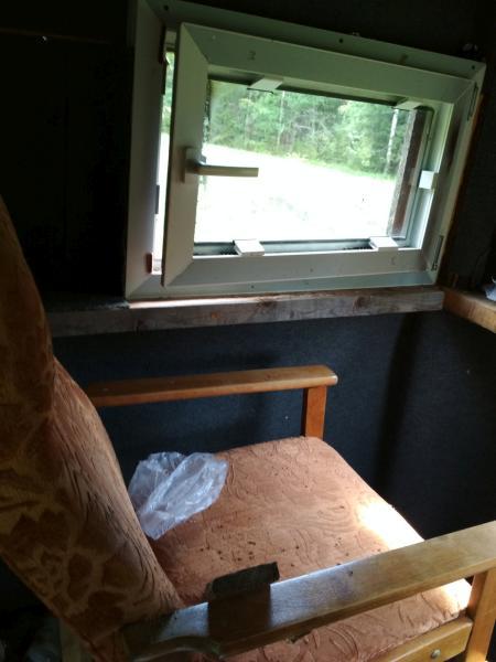 Кресло и окна в охотничьем лабазе