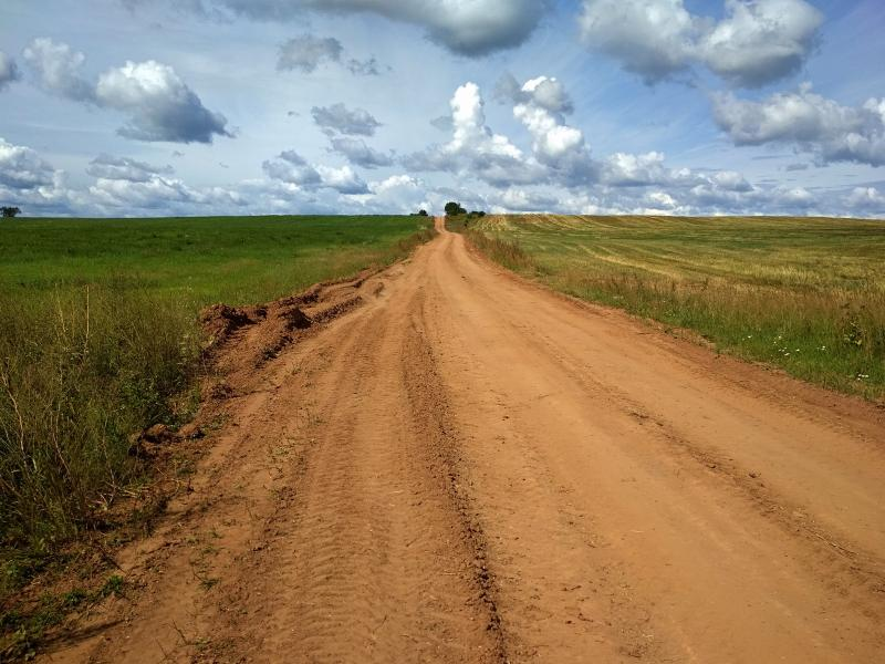 Полевая дорога вскарабкивается на холм