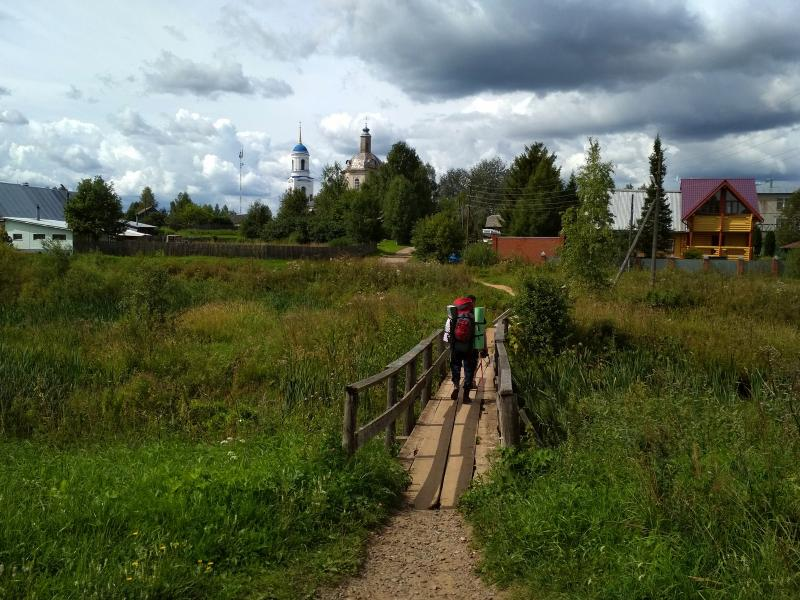 Мостик через ручей и вид на церковь в Адышево