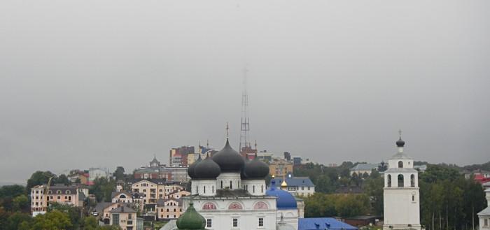 Телевышка цепляет облака