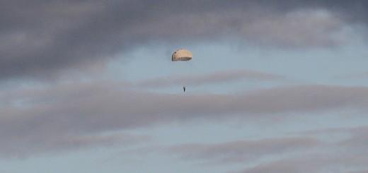 Парашютист в небе над Порошино