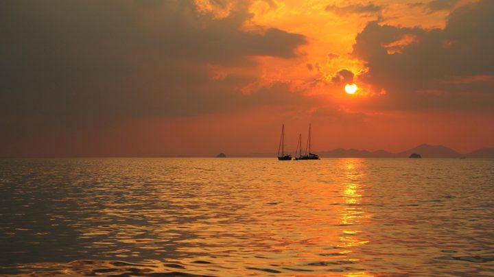 Обои для рабочего стола: закат на море и яхты