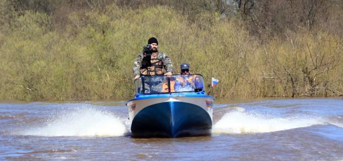 Кинооператоры на лодке спасателей на Вятке