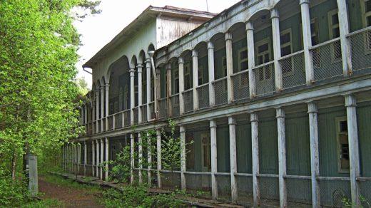 Старый заброшенный дебаркадер в Пагинке