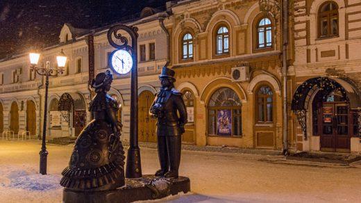 Скульптуры на заснеженной Спасской