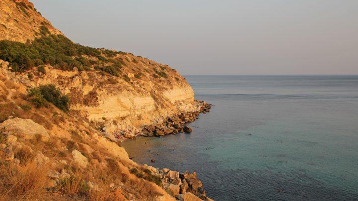 Пейзажи Фиолента и пещера-расщелина в скальной стенке