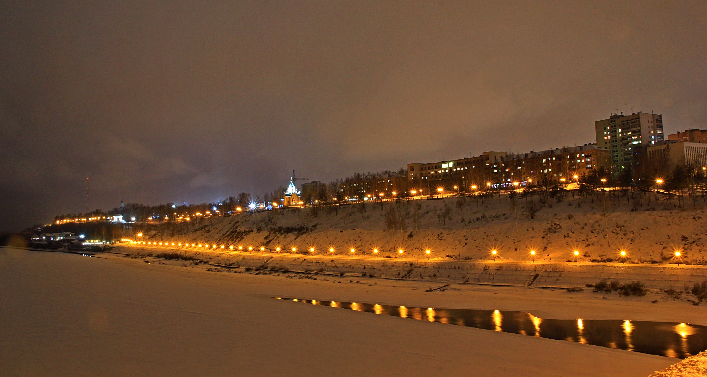 Панорама ночного Кирова с другого берега Вятки