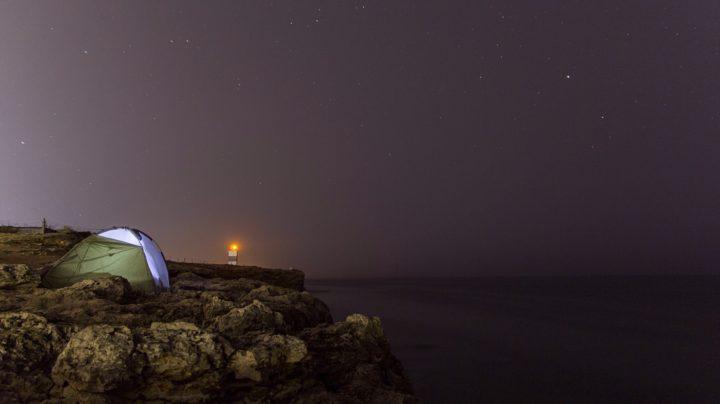 Ночь, море, скалы и палатка