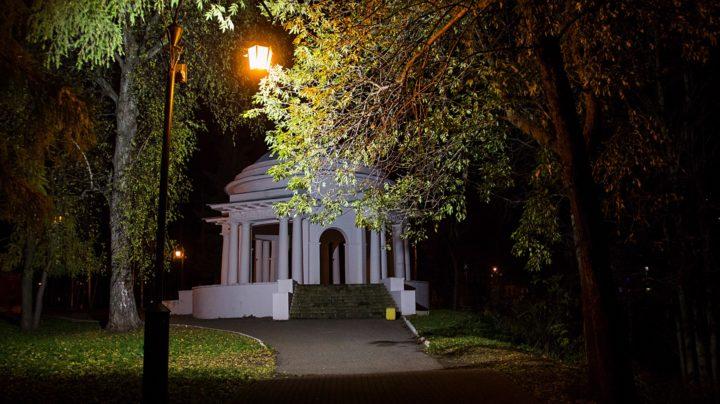 Ночной город: набережная и две ротонды в Александровском саду