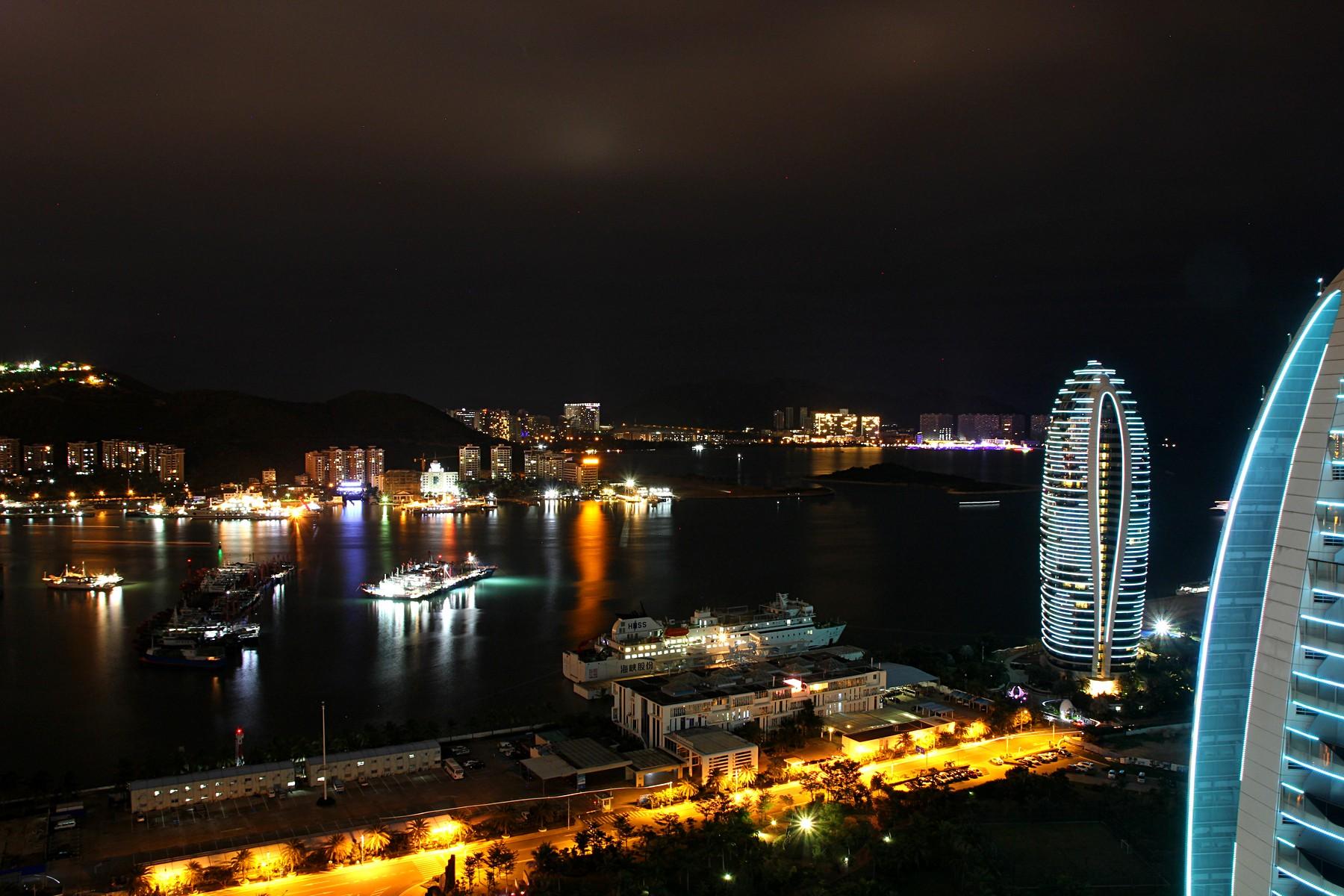 Ночной город Санья и небоскрёбы острова Феникс