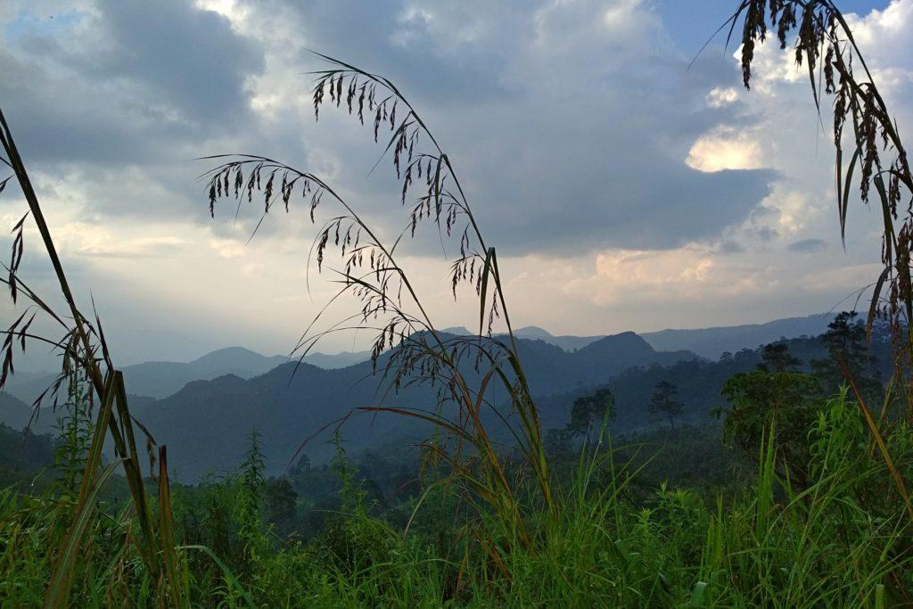 Горные вершины Бирмы в дымке заката