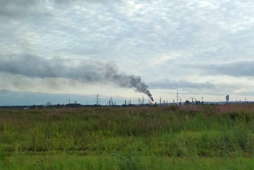 дым и факел пламени над НПЗ